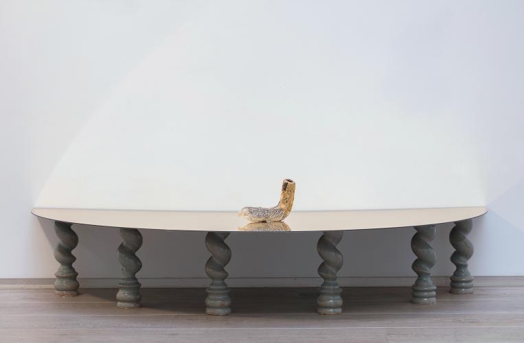 Gabrielle Wambaugh, Le Roi-Soleil et fainéant, 2017, Ceramic, celadon, gold and et teflon, 39,8 x 150 x 75,3 cm, Courtesy galerie Eric Dupont, Paris.
