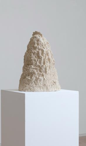 Gabrielle Wambaugh, Cave, 2017, Ceramic and gold, 44,5 x 30 x 32,5 cm, Courtesy galerie Eric Dupont, Paris.<br /> <br /> Pictures: Jean-Fran&ccedil;ois Rogeboz, &copy; galerie Eric Dupont, Paris.