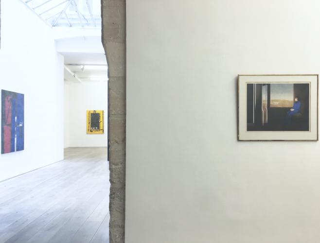 &Agrave; droite, Christoph von Weyhe, Azzedine Ala&iuml;a dans un train de Paris &agrave; Hambourg III, 1973, aquarelle, 83 x 69 cm, <br /> &Agrave; gauche, Christoph von Weyhe, Fen&ecirc;tre sur la mer, 2017, acrylique sur toile, 150 x 100 cm<br /> Au centre, Christoph von Weyhe, Fen&ecirc;tre, 21.09.2017, 2017, 140 x 100 cm, <br /> Courtesy galerie &Eacute;ric Dupont, Paris.